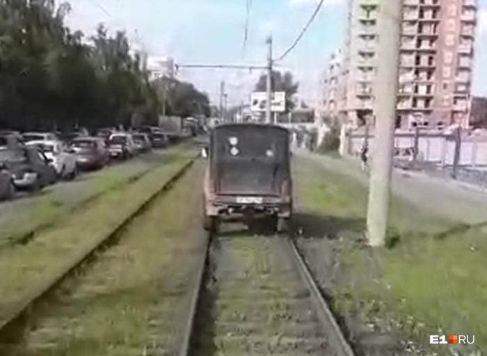 Водитель УАЗа решил, что он трамвай, и поехал по рельсам