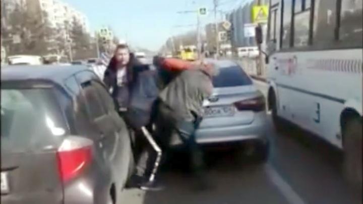 Из-за пустякового спора на дороге водители кинулись в драку