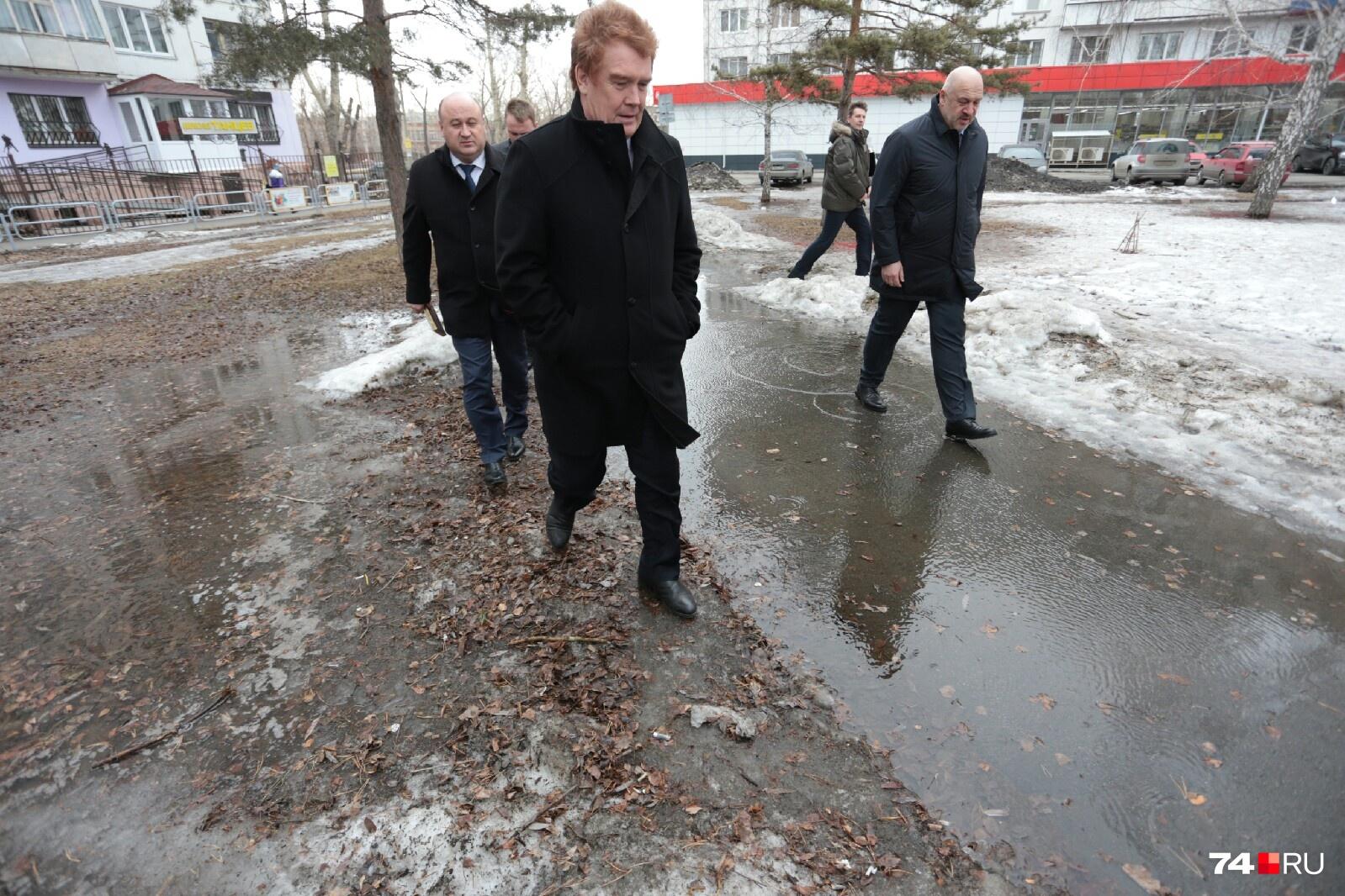 Ступала ли раньше нога главы Челябинска Владимира Елистратова по такой грязи?