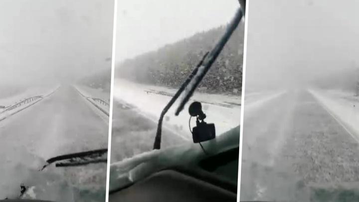Федеральную трассу в Новосибирской области накрыло мощным снегопадом