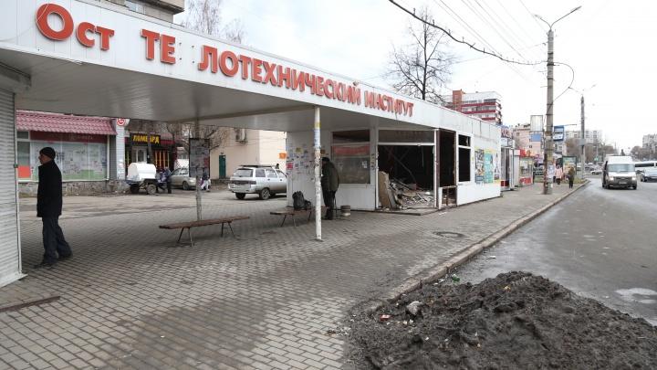 Пока в Челябинске ставят новые остановки, в старых поселились бездомные