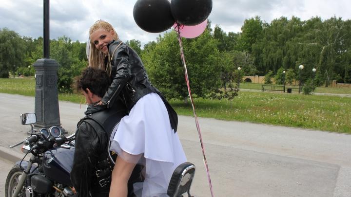 Сожженнаяфата, придуманная фамилия и общие тату: молодожены удивили Тобольск байкерской свадьбой