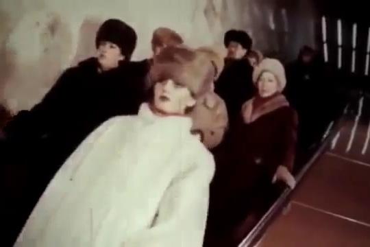 Уличная мода восьмидесятых в новосибирской подземке. К сожалению, качество видео не позволяет детально рассмотреть все наряды
