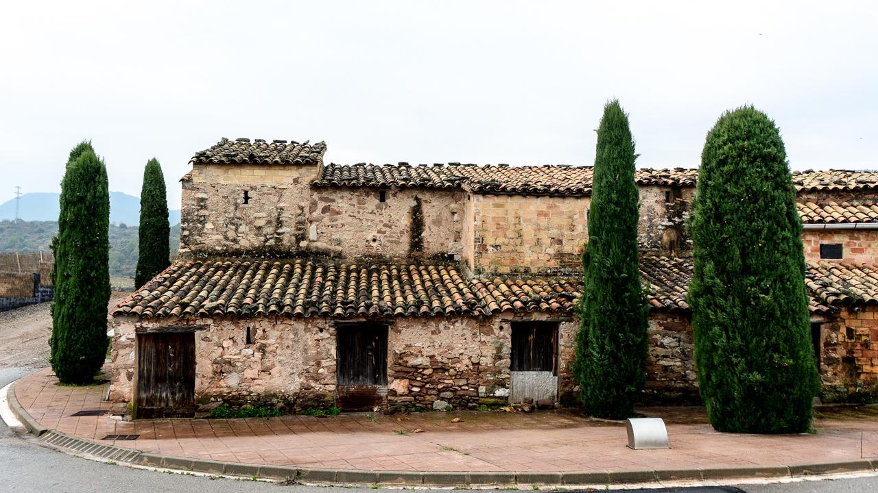 Такие здания почему-то напоминают мне сказку о Чиполлино, хотя он родом не из этих краёв