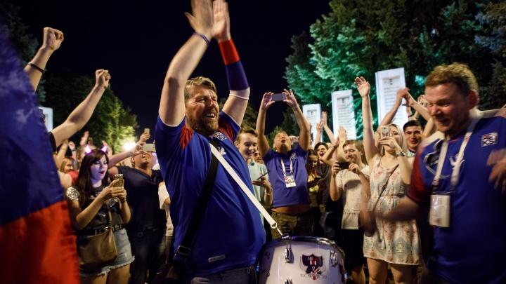 С рогами и флагом: болельщики обрушили на соцсети тысячи фотографий с«Волгоград Арены»