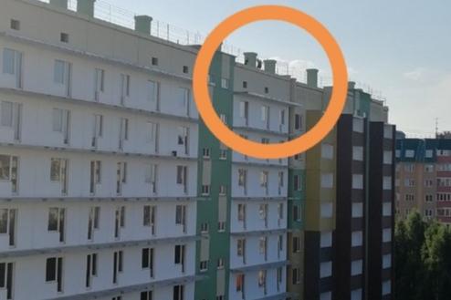 Школьники либо просто прыгают по крышам, либо сбрасывают с высоты строительный мусор
