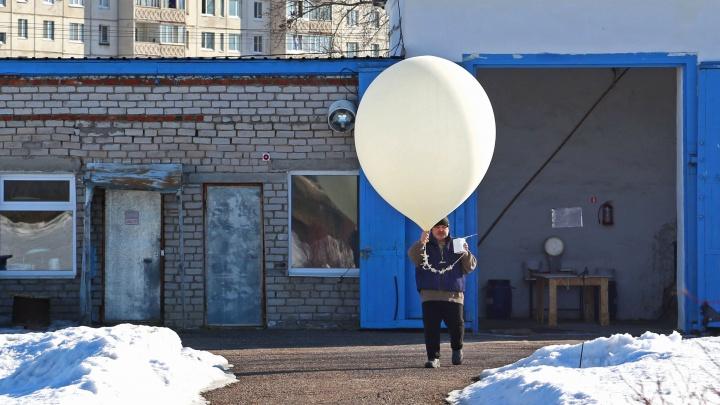 Зачем они запустили в небо огромный шар? Мы сняли на видео, как синоптики в Уфе предсказывают погоду