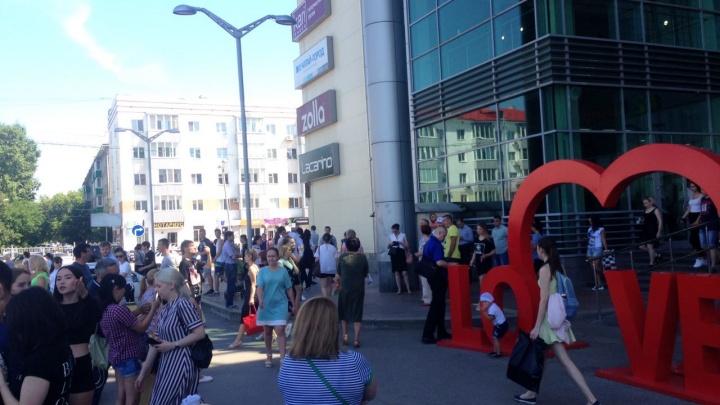 Из уфимского торгового центра эвакуировали 1000 человек