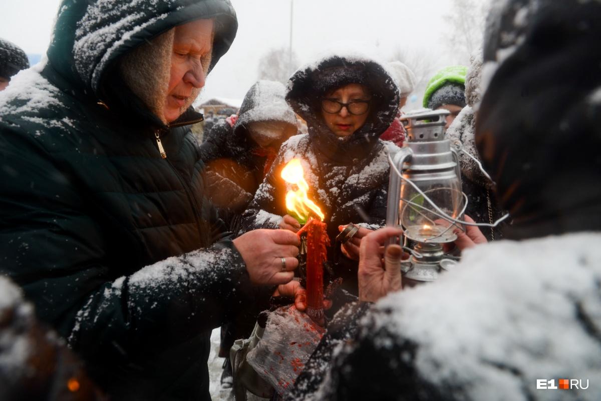 Снежное воскресенье: как верующие встретили Пасху в Екатеринбурге — в 20 ярких кадрах