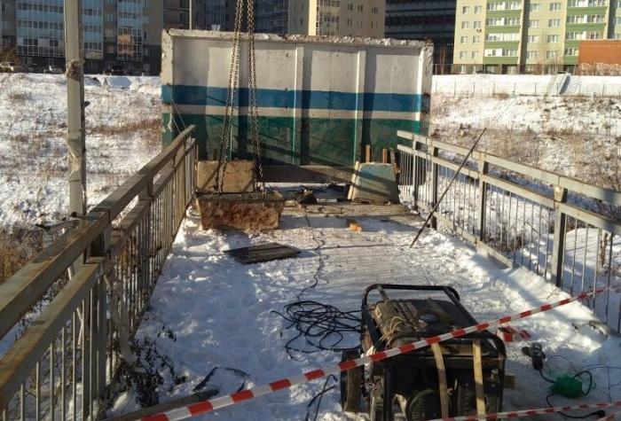 Плита появилась на мосту со стороны улицы Танковой 25 ноября