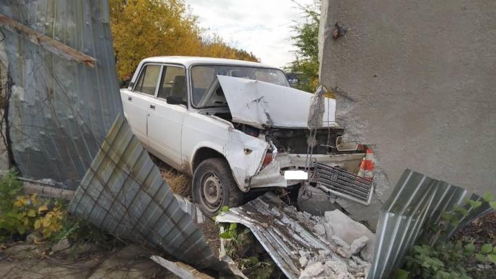 Не справился с управлением: в Самарской области мужчина протаранил бетонную стену