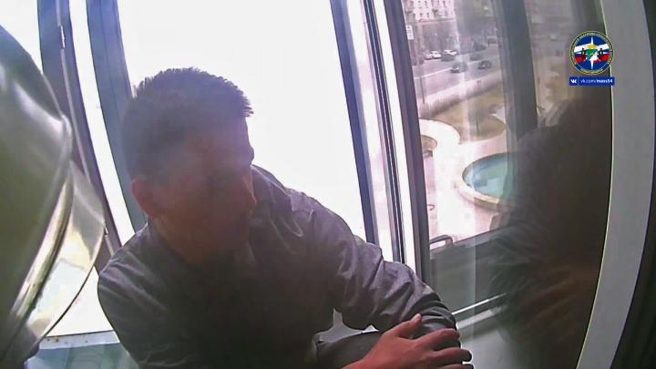 Мойщик окон пролетел один этаж и застрял между рамами в здании Орджоникидзе