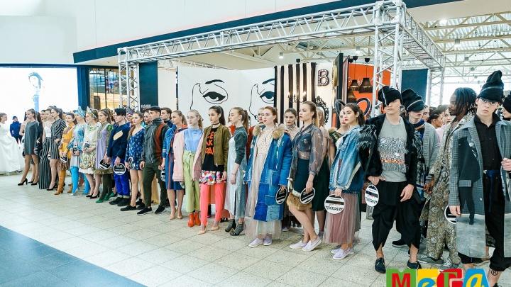 В МЕГЕ прошел модный показ новосибирских дизайнеров: символами стали красные губы, полоска и часы