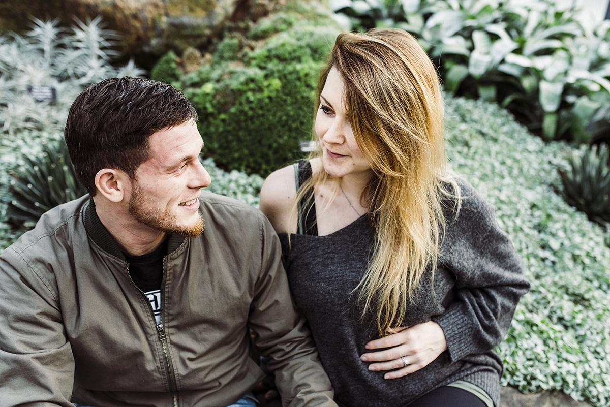 У Энтона отличные отношения с родителями Алены, но те не знают английского, и девушка выступает переводчиком