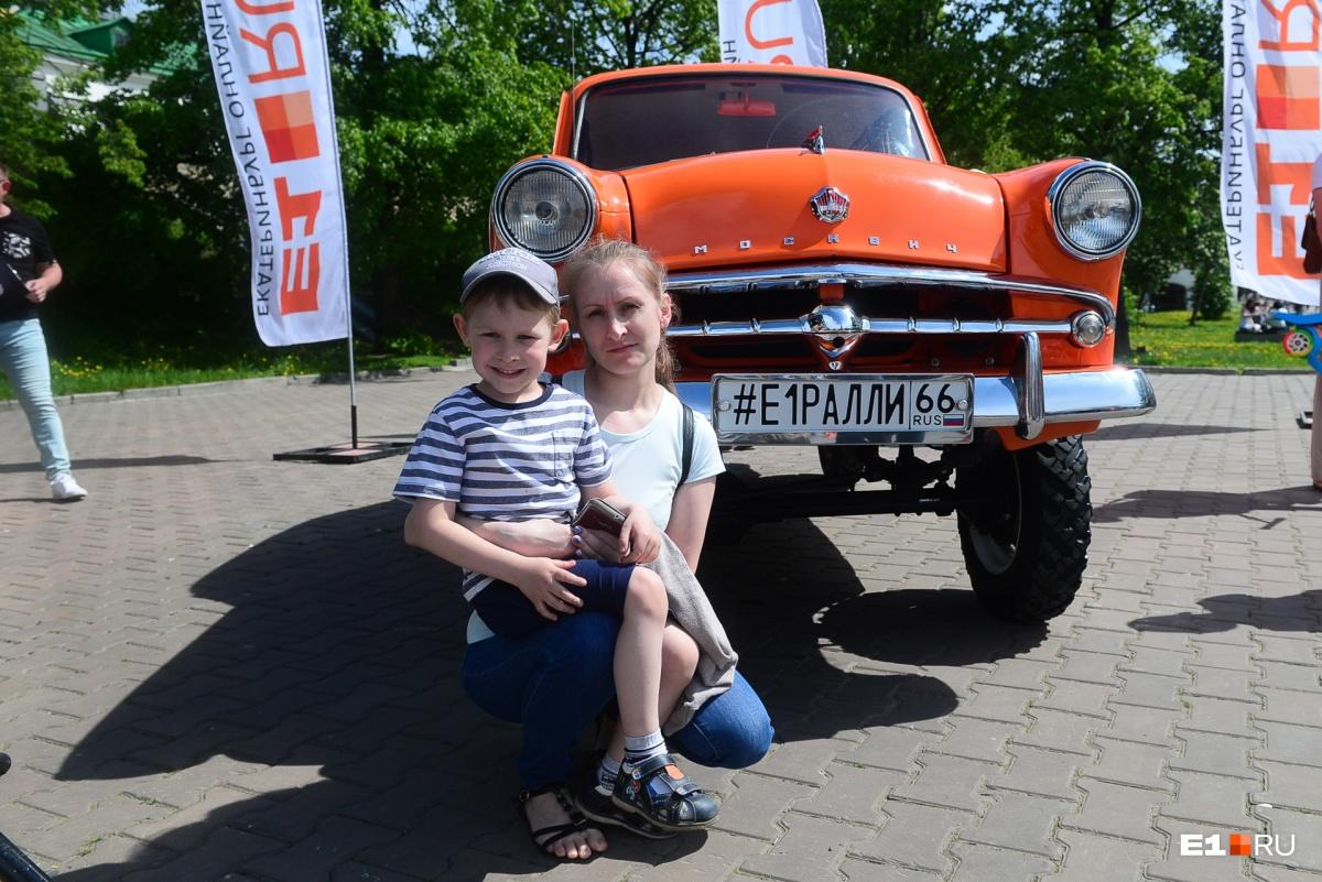 Многие хотели сфотографироваться с «Москвичом», на котором  E1.RU примет участие в ретроралли  в июле