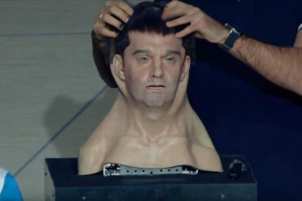 Лицо Алекса надевается на металлический череп