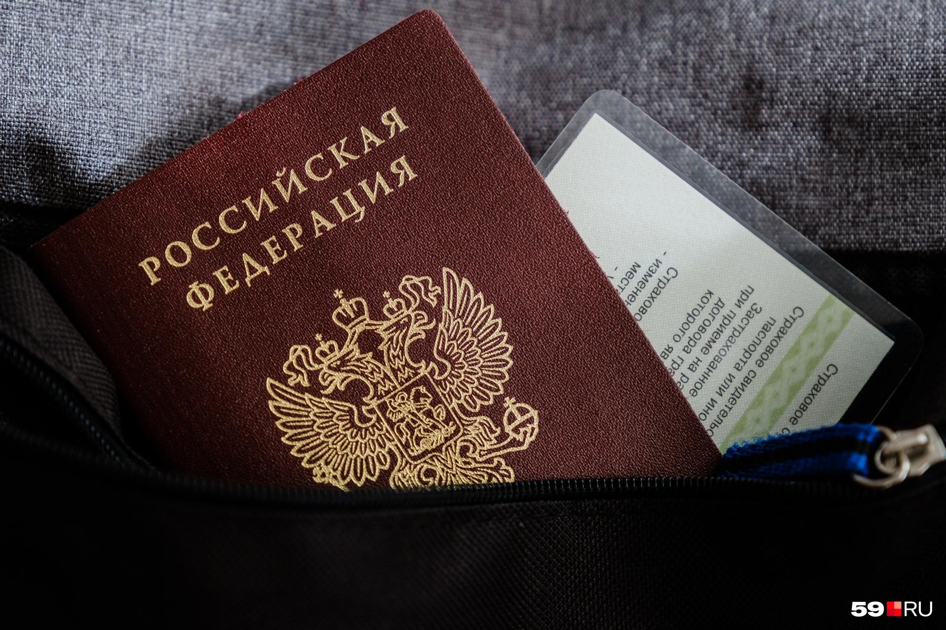 Ваш паспорт не выдадут даже близкому родственнику, только вам, лично в руки