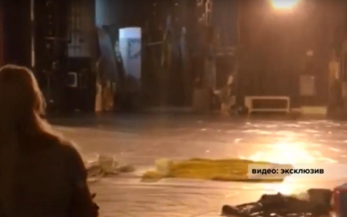 Сейчас все сотрудники театра заняты ликвидацией последствий потопа