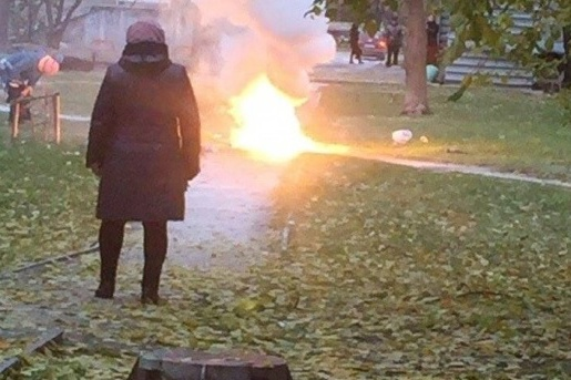 Взрыв во дворе на Чкалова успели сфотографировать очевидцы