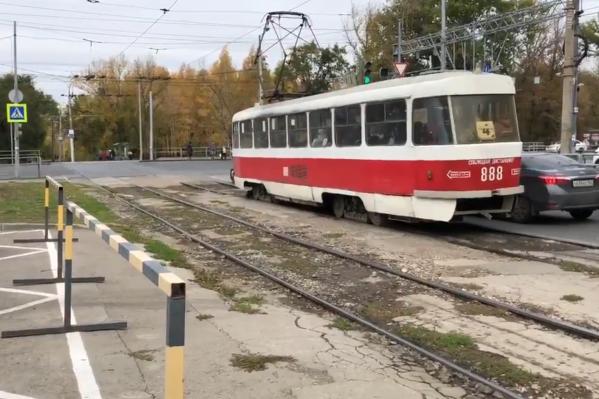 Когда трамвай подъезжает, включается зеленый