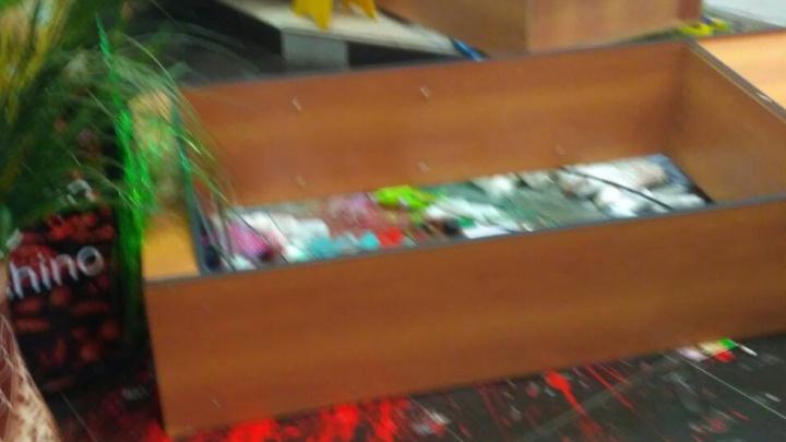 «Забрызгала всё краской и разбила шкафы»: женщина устроила погром в челябинской парикмахерской