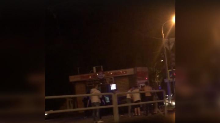 На Революционной вазовская легковушка на скорости врезалась в кафе с шаурмой