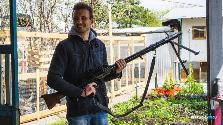 Пули и пушки: омский автомеханик собирает макеты оружия Второй мировой войны