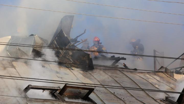 Спасали рабочих с крыши: в центре Ярославля вспыхнул крупный пожар. Фото, видео с места ЧП