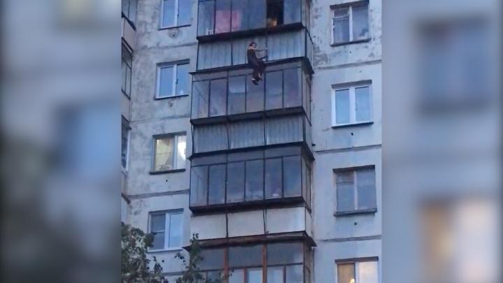 Стянули МЧС, полицию и скорую: челябинка вышла на прогулку по козырьку балкона на шестом этаже