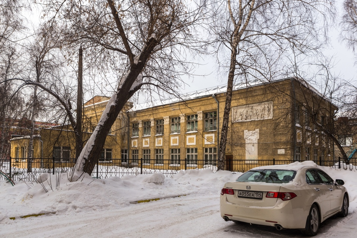 К школе в разное время сделали две кирпичные пристройки, и разглядеть за ними сталинский ампир сложно