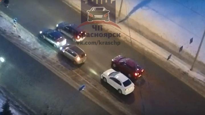 Шустрый водитель спровоцировал двойную аварию на перекрестке Линейной и Мужества
