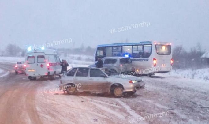 На трассе в Башкирии столкнулись пассажирский автобус, ВАЗ-2114 и Mitsubishi Outlander, очевидцы сняли видео