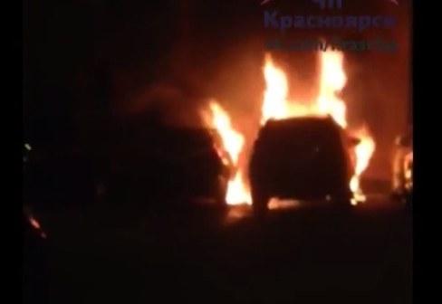 Неизвестные сожгли во дворе дома на Баумана три дорогих иномарки