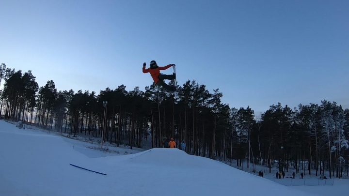 На Уктусе сноубордисты прыгали с 11-метрового трамплина, сражаясь за победу в первенстве города