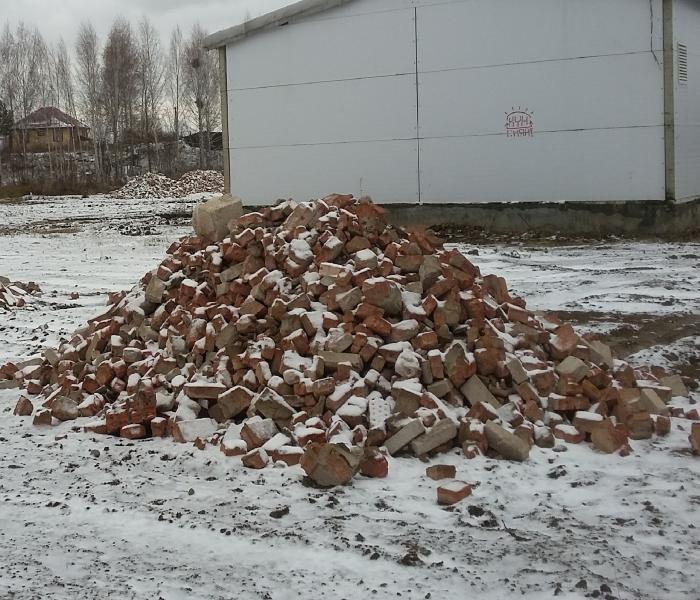 Жители Плющихинского жилмассива заметили десятки куч кирпичей на улице Татьяны Снежиной