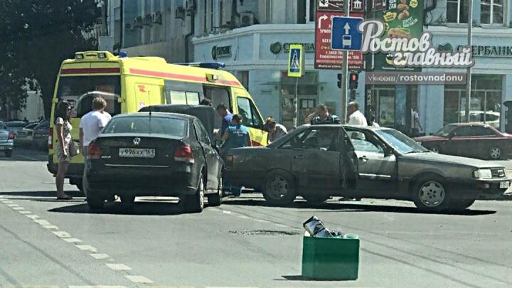 В центре Ростова столкнулись две иномарки: пострадали три человека