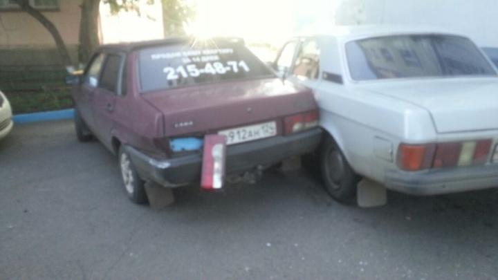 Водитель ToyotaChaser устроил дрифт во дворах и протаранил припаркованные авто