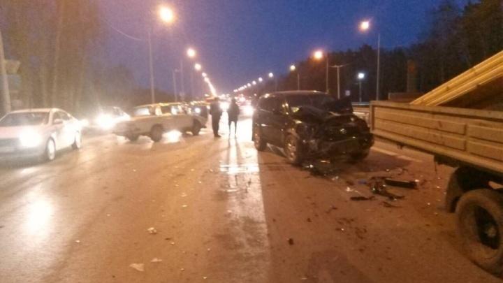 85-летний тюменец на «Жигулях» с советскими номерами устроил аварию на Московском тракте