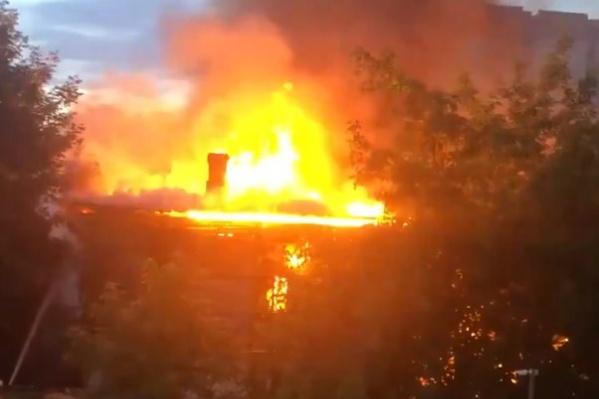 Пламя объяло всю крышу здания