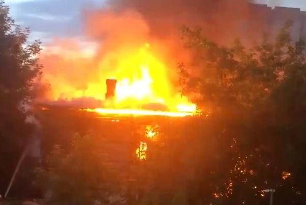 Выжгло двухэтажку: появилось видео крупного пожара в центре Самары