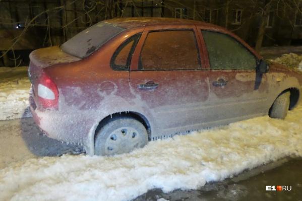 Колёса машин полностью покрыты льдом