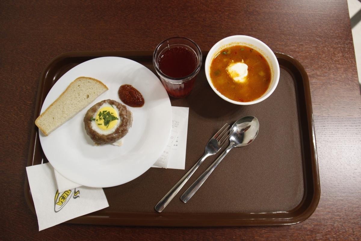 Полпорции солянки (50 рублей), чикен-стейк (100 рублей) с соусом (7 рублей) и хлебом (3 рубля) со стаканом морса (25 рублей)