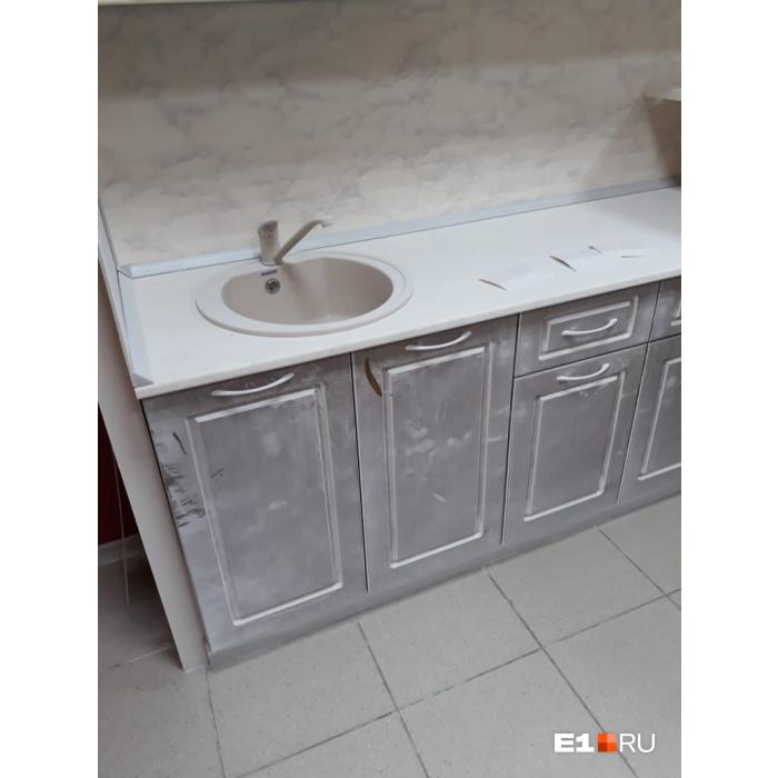 Новый кухонный гарнитур под слоем пены