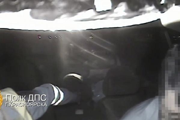 Мужчина спрятал деньги под фуражку вопреки предупреждениям инспектора