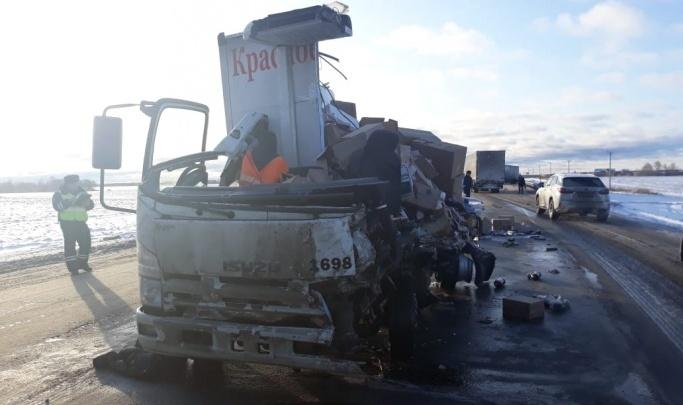 На трассе Екатеринбург — Тюмень разорвало грузовик «Красного & Белого». Водитель погиб