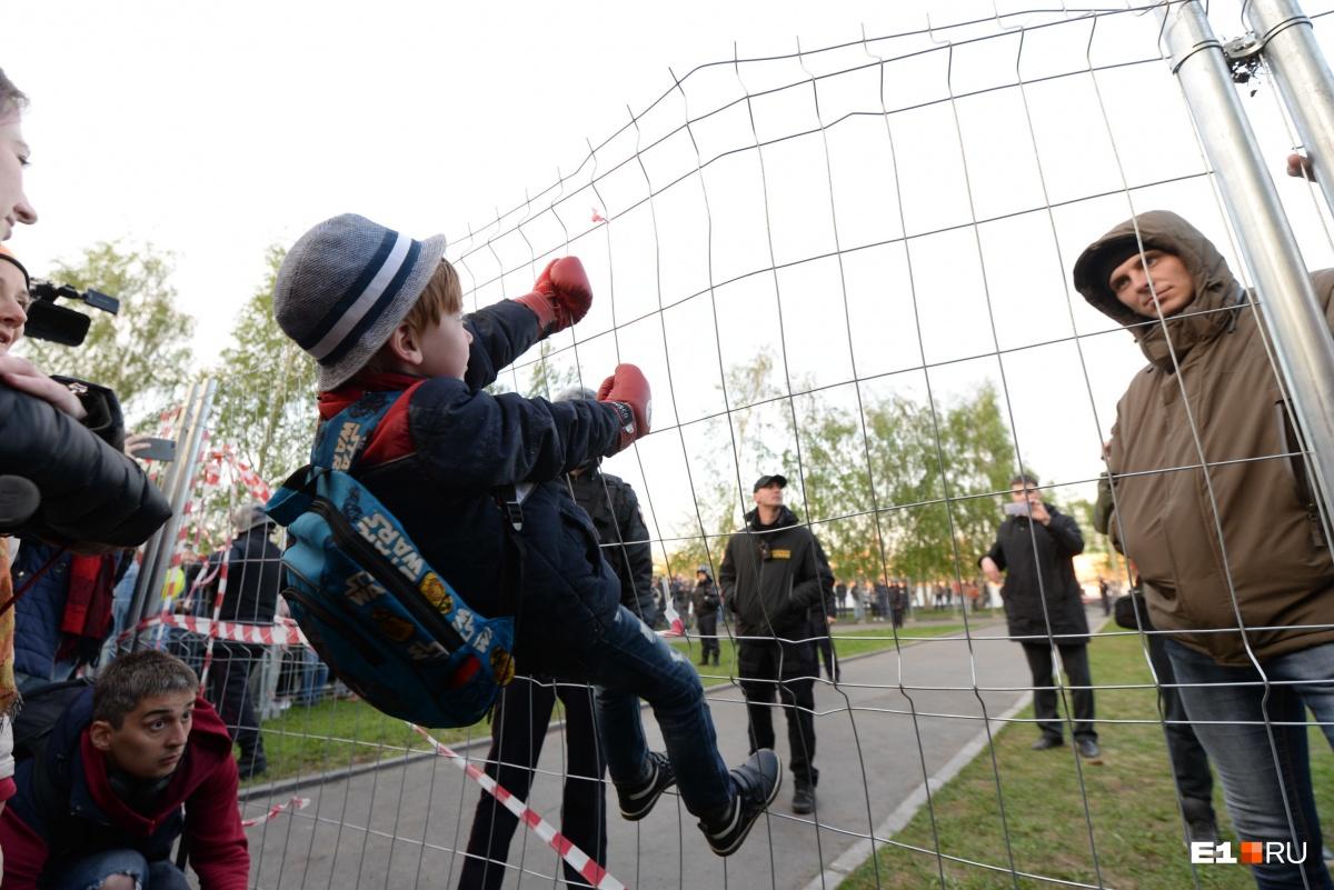 Если вы были рядом с забором, можете получить обвинение по статье167 УК РФ