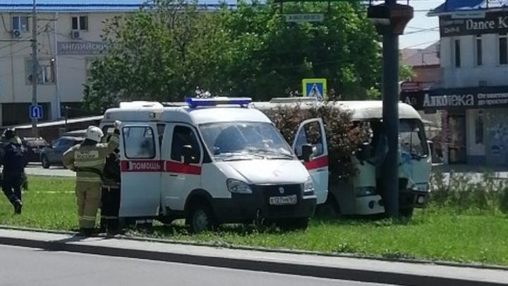 Пострадала женщина: в Ростове автобус врезался в столб