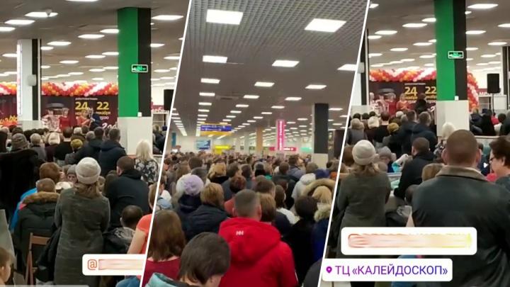 «Нам нужна ещё одна «Зимняя вишня»?»: покупатели пожаловались на давку в ТЦ «Калейдоскоп»
