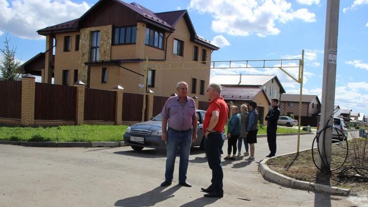 Бизнесмен из Екатеринбурга подал в суд на жителей омского посёлка за клумбы и заборы на его земле