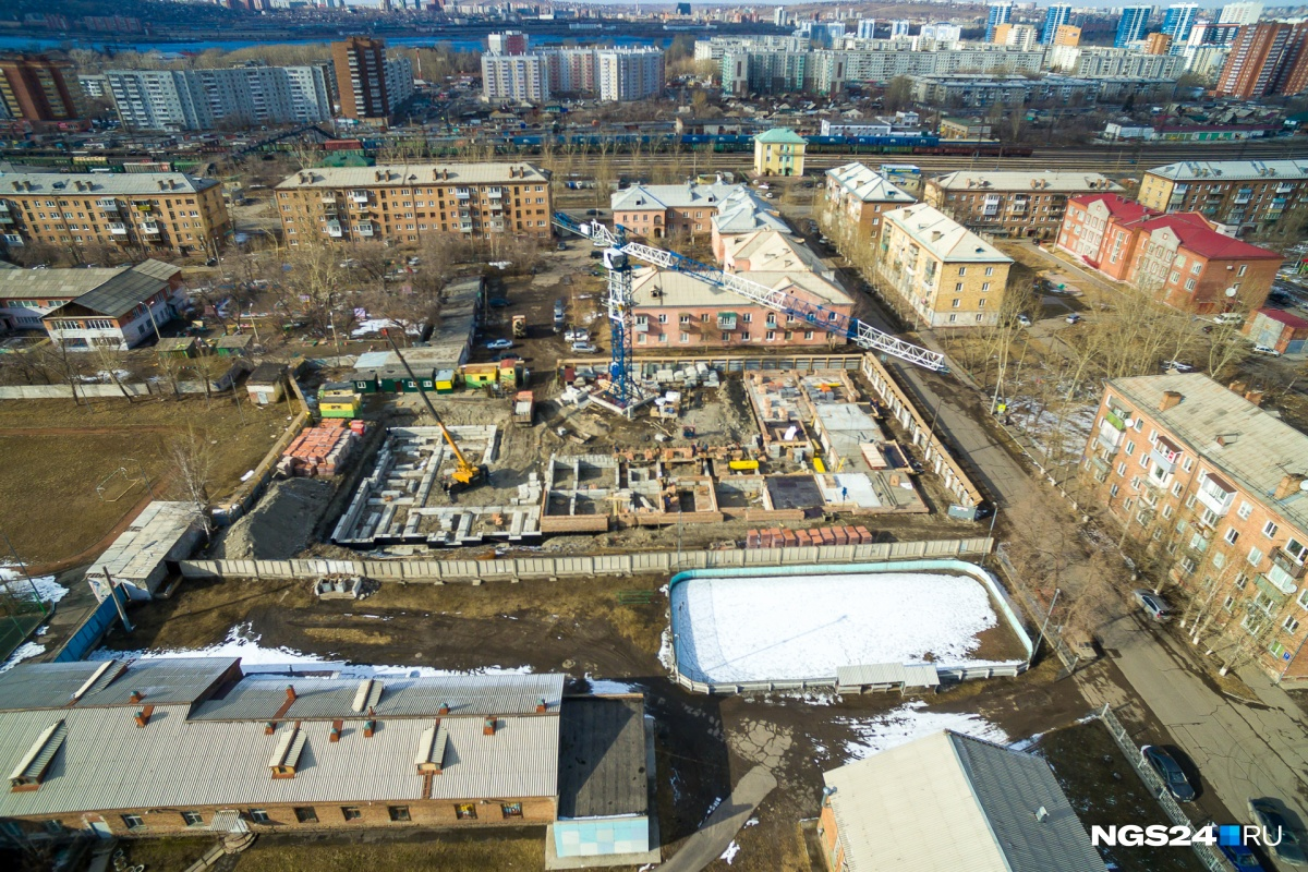 На противоположной стороне Водометного 4-этажный дом возводит уже «СибЛидер»